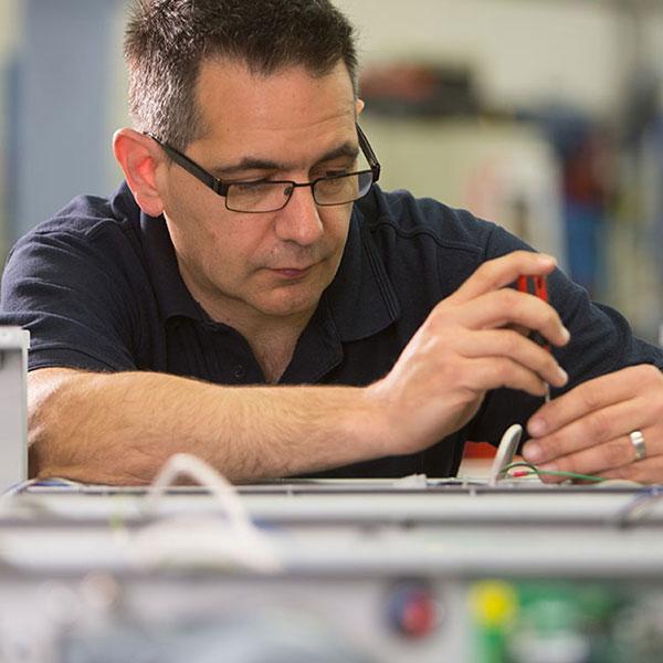 Jedes unserer Papierpolstersysteme wird von unseren Technikern und Ingenieuren eigens von Hand zusammengebaut.