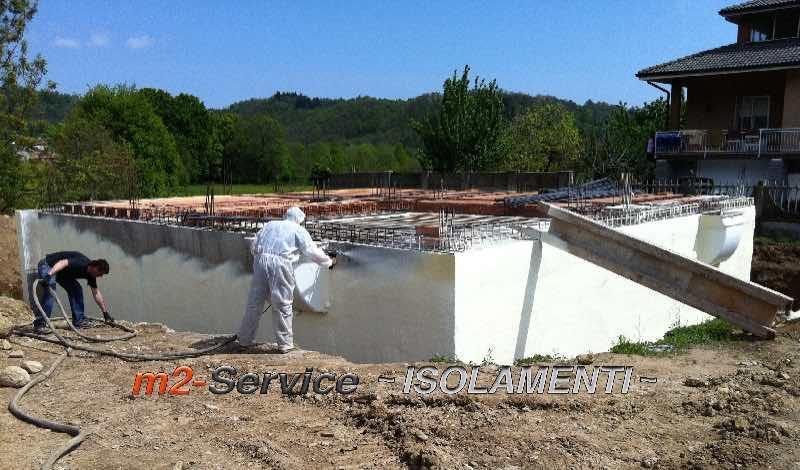 Poliuretano ad applicazione spray su struttura in cemento armato, come sostituto della guaina catramata, con spessore minimo di 3 cm. Manto unico continuo senza giunti.
