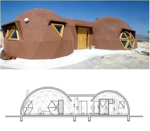 Es una vivienda pequeña de 85 m2, organizada en planta baja y dos cúpulas geodésicas, de 8 m.  para el salón-cocina y otra de 6 m. para el dormitorio y baño.Un pasadizo techado conecta las dos cúpulas