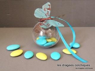 boule en plastique avec dragées et décoration papillon, ruban.