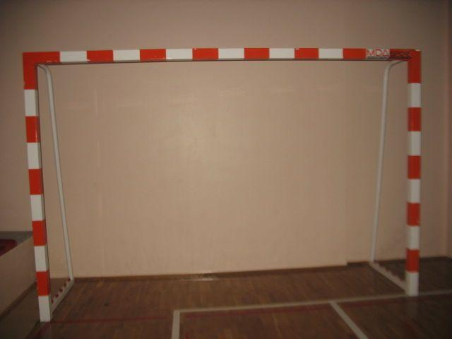The handball goal is made of 80x80x3 mm specially extruded aluminium profiles.Hooks made of special polyamide material are used to tie the net.All metal components are dyed with electrostatic oven dry