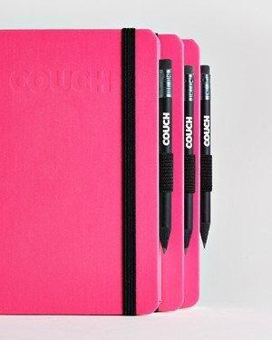 Notizbücher mit Stift am Buch