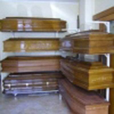 Organizza servizi cimiteriali, lapidi, servizio floreale.