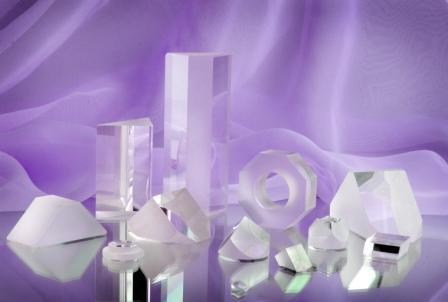 Arten: Linsen, Prismen, Platten, Röhren, Stäbe. Technische Daten: gemäß den Anforderungen des Kunden.Werkstoff: optisches Glas verschiedner Marken, Quarz, wasserlösliche Kristalle.