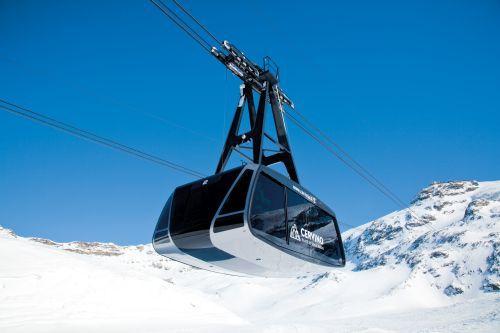 Eine Pendelbahn ist eine Luftseilbahn, bei der die Kabinen an einem oder mehreren Tragseilen hängend zwischen der Tal- und der Bergstation hin- und herfahren, also pendeln.