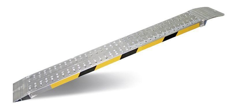Comercializamos todo tipo de rampas, tanto fijas como plegables de medidas estándar y medidas especiales por encargo.