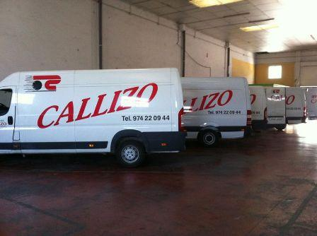 furgonetas preparadas para reparto y recogidas de paquetería nacional e internacional.