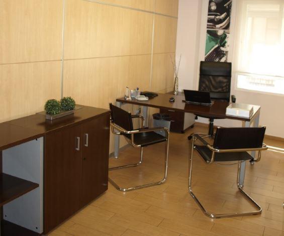 Alquiler de despacho por horas. Ideal para entrevistas, consultas, conferencias o pequeñas reuniones. Atractivo diseño, ambiente acogedor, wifi, aire acondicionado, hilo musical, recepción, sala esper