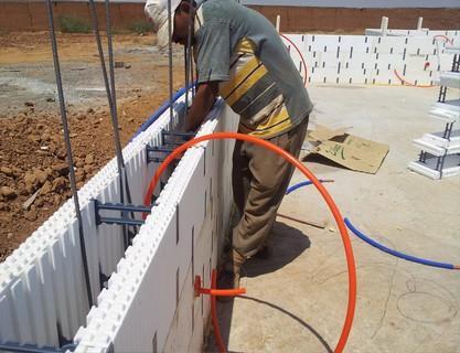 Construction avec un système de blocs de coffrage en polystyrène pour une bonne isolation thermique et phonique. Ce système de construction permet aussi de construire plus vite une maison plus solide