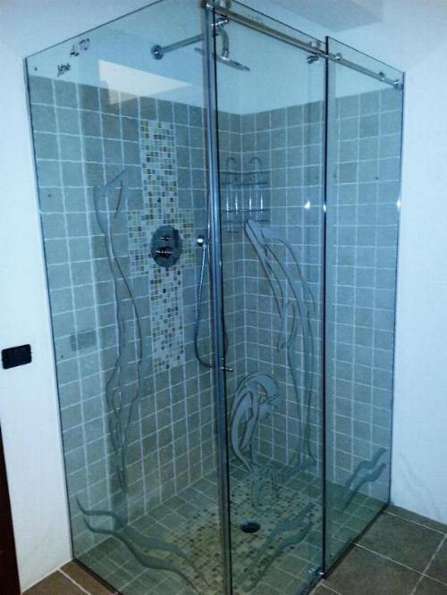 Box doccia angolare con sistema scorrevole, realizzato con vetro temperato 10 mm. decorato con la tecnica della sabbiatura.