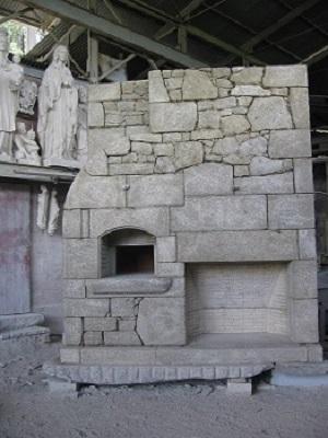 Lareira con barbacoa horno realizada en granito con acabado artesanal envejecido