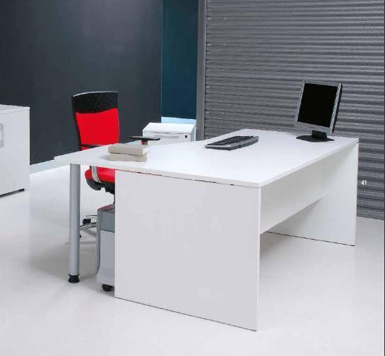 Bureau Basica importé d'Europe. Disponible en blanc, gris, bois noyé. Très solide & design.