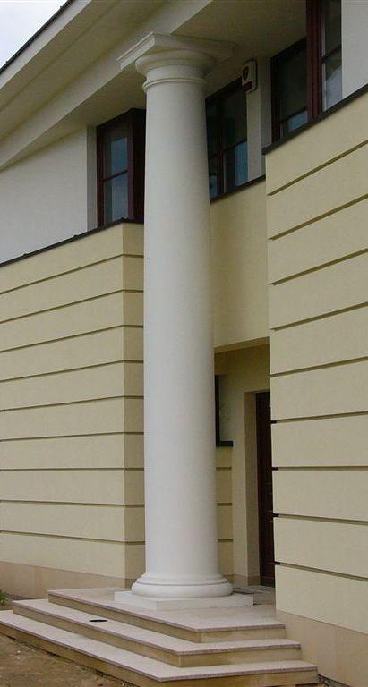 Kolumny rzymsko- doryckie produkowane są metodą toczenia, z białego betonu.  Oferujemy kolumny w różnych wysokościach, nawet w pojedynczym egzemplarzu i ściśle w/g projektu