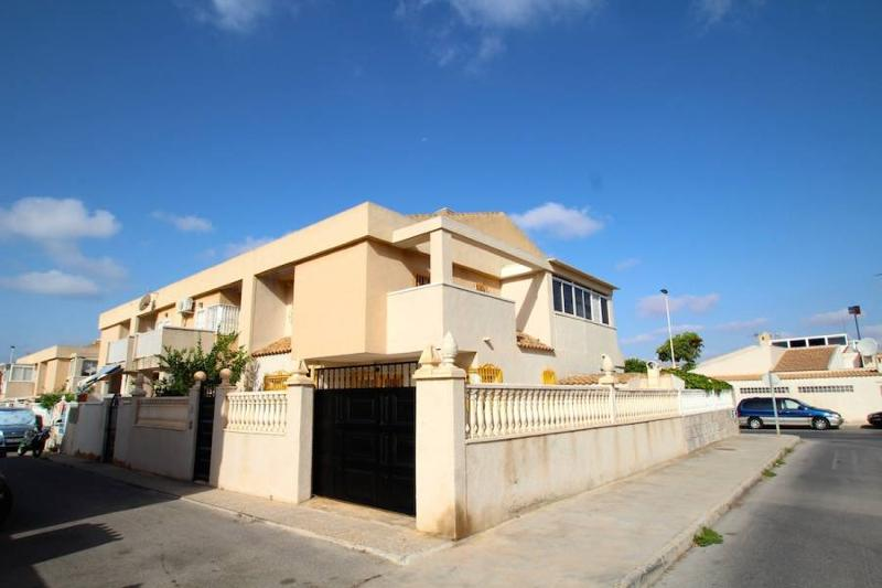 duplex with 3 bedrooms,in aguas nuevas area (Torrevieja), with private parking and communal swimming-pool.