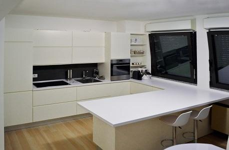 White laquered kitchen with laminate top