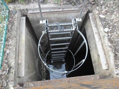Echelle a crinoline en inox 304 avec echelons antidérapants et crosse de sortie pour accés dans des puits