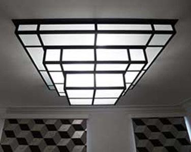Plafonnier, applique murale  Acier noir et verre dépoli  Longueur : 120 cm Largeur : 120 cm Hauteur : 40 cm