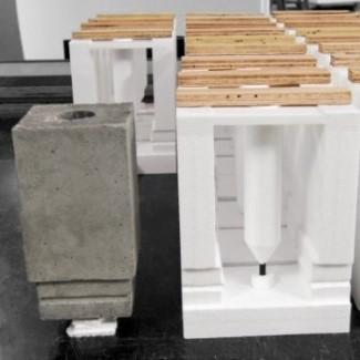 Betonbekisting (rechts) in EPS (piepschuim) en gegoten betonstuk (links).