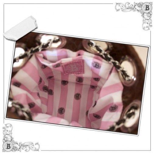 Bolso piel vacuno pelo camuflaje chocolate/camel, vacuno efecto serpiente chocolate, vacuno bombeado gris perla. Tachuelas gris/negro en el fondo. MODELO UNICO.