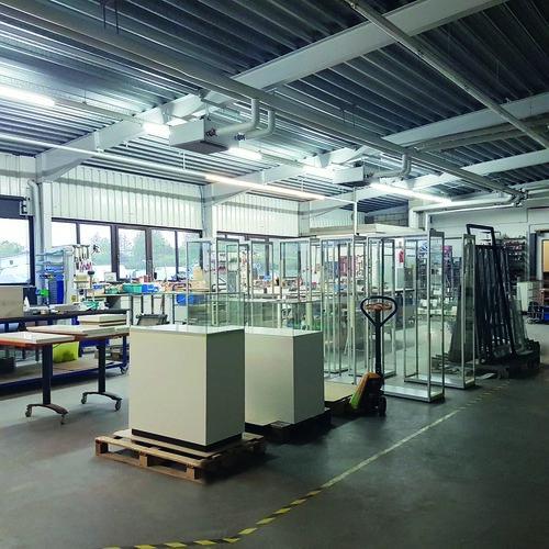 Werkhalle 2 Produktion Haubenvitrinen