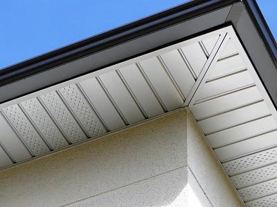 Les sous-faces Araltec en aluminium laqué habillent le dessous des avancées de toits et ne nécessitent plus d'entretien.Toiture harmonieuse et protégée: noues, solins, habillage des bandeaux de rive