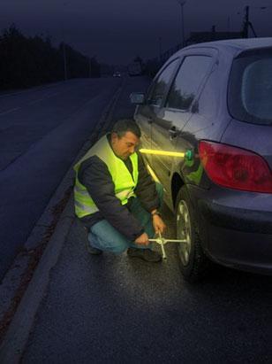 Le bâton lumineux SnapLight® accompagné de sa base magnétique sont indispensables dans tout véhicule. Très utile en cas de crevaison, vissez le bâton Cyalume et fixez la base sur le véhicule.