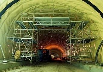 Movable scaffolding structure in tunnel