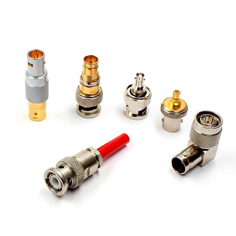 Adapter verbinden Steckverbinder verschiedener Serien. Damar & Hagen garantiert eine professionelle Qualität der Adapter, denn bei Günstig-Varianten verschlechtert sich meist die Signaldurchführung.