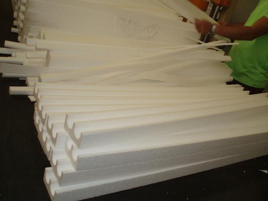 Corte de piezas de poliestireno expandido de diferentes tamaños y formas