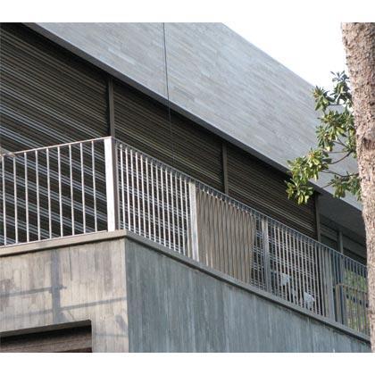 Cerramiento sin guías fijas y sin límite en anchura, ideal para cubrir grandes vanos de luz y mantener espacios diáfanos con el cerramiento abierto.