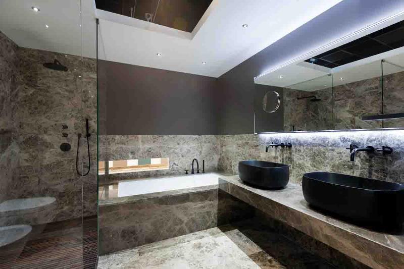Interamente realizzato in Marmo Naturale Breccia Brown, in formato piastrela 30x30 a pavimento e rivestiomento e in lastre intere nel rivestimento della vasca.