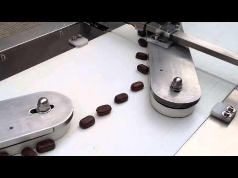 SARMA STİLİ: Tek Büküm Torbacık  Ambalaj malzemeleri alüminyum ambalaj, PVC, OPP, PP, PET filmler Makine servo motor ile kağıt yuvarlama sistemi Makine ayarlanabilir konveyör ile besleyici sistemi