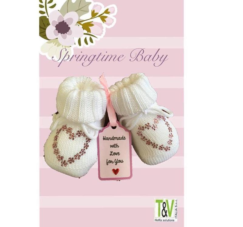 Scarpine nascita, portafortuna, realizzate in morbidi filati di qualità, personalizzate e decorate a mano con strass, tutto made in italy