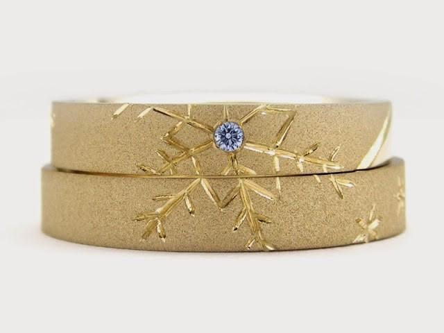 Alianzas tallasdas en oro con piedra preciosa