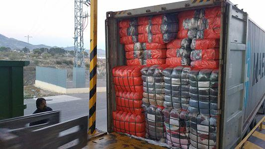 container loaded with used clothing  QUALITY 2A   +/- 340 bales