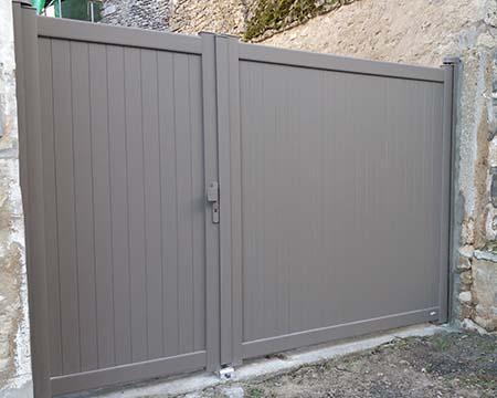 Portail manuel, motorisable en aluminium, avec deux vantaux inégaux, RAL 7006, gris beige installé dans l'Oise