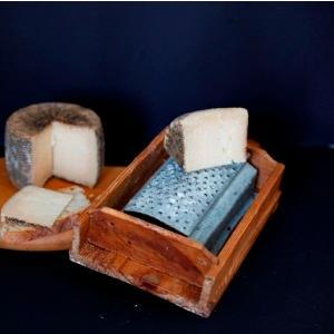 E' prodotto sui monti della Sila, a differenza del semiduro, con questo formaggio abbiamo una stagionatura superiore a 130 giorni, e durante il periodo di stagionatura viene trattato con una particola
