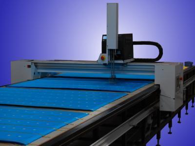 ETICAR permette di applicare etichette su tessuto o altro materiale, precedentemente steso su un piano - ETICAR permits to apply automatically labels o fabrics or other material laids on a table.