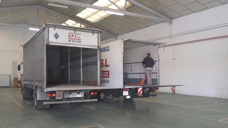 Camión de mudanzas y transportes de la empresa CPT en Valencia. Mudanzas económicas locales, nacionales e internacionales. Montaje y desmontaje mobiliario Valencia.
