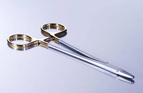 Needle Holder with ratcheting lock and Tungsten Carbide insert for control and precision.