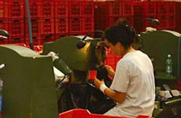 Il prodotto estratto dagli stampi presenta generalmente delle bave di colatura che vengono rimosse tramite l'utilizzo di macchine semiautomatiche con l'ausilio di un operatore