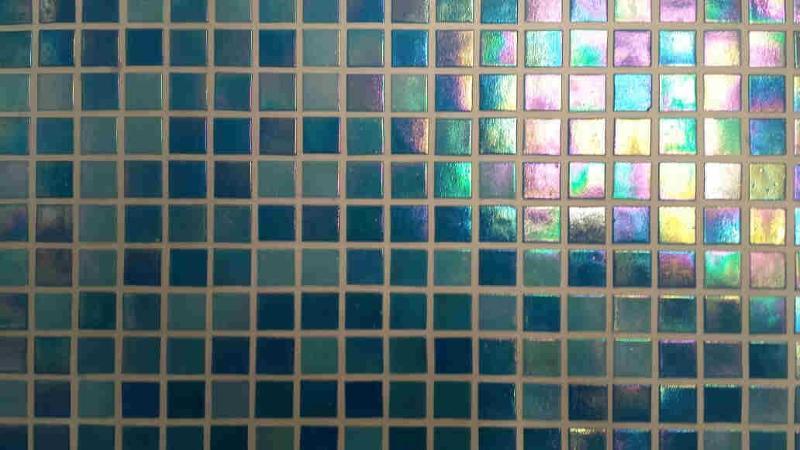 La posa del mosaico a rete o a carta,  la realizziamo a clienti che cercano soluzioni non solo estetiche ma soprattutto pratiche, perché riusciamo a rivestire piani top, mobili,anche in sovrapposizie