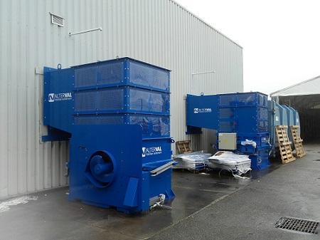 Screw compactor with loading chute (Compacteur à vis avec goulotte de chargement)