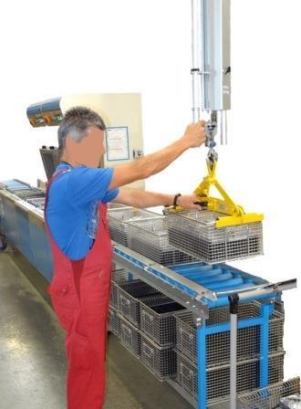 Mit Hilfe des SchwebeKran-Balancer wurde dieser Arbeitsplatz zum Beschicken einer Waschmaschine ergonomisch gestaltet. Ein Bücken wird vermieden. Das spart Zeit und schont den Rücken des Mitarbeiters.