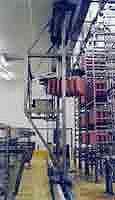 Presa in automatico e posizionamento ordinato del salame sui bastoni, carico dei bastoni su telai alti fino a 5 metri e mezzo