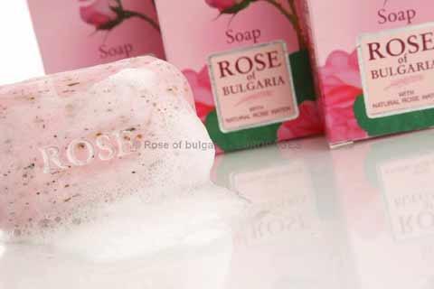 Fabrication de savons artisanaux, pressés à froid en machine ou pressés à froid sur presse manuelle. Savon à l'eau de rose et à l'huile de rose damascena, huile de rose de Bulgarie.