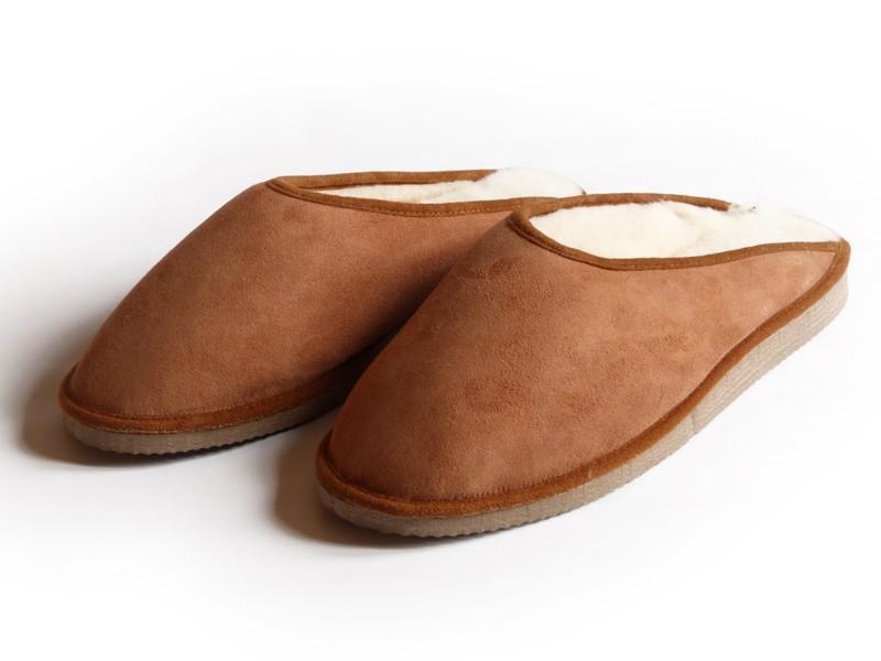 Ce sont des chaussons en peau lainée au tannage végétal.