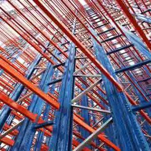 Nos Armazéns Autoportantes o edifício e as estantes constituem um só elemento. As referidas estantes representam as sub-construções de suporte de carga para a cobertura e fachada do armazém.