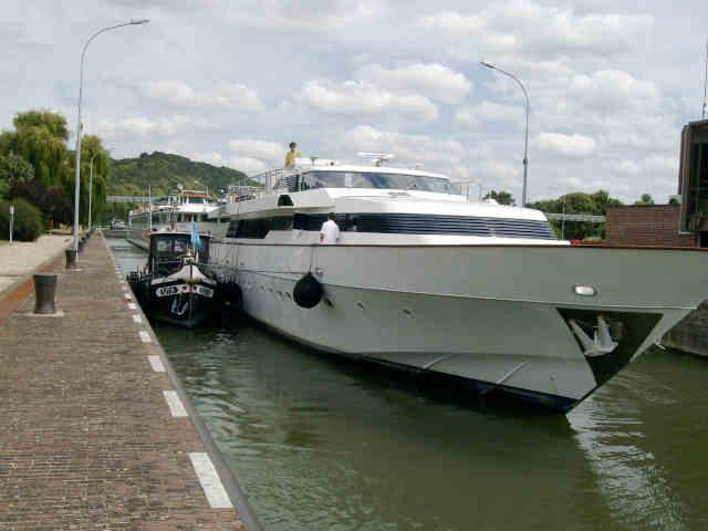Fluvial Service est le spécialiste de la navigation fluviale et du  tourisme fluvial. Les péniches de FLUVIAL SERVICE ont été en effet associées à la mise en place de films ou autres évènements.