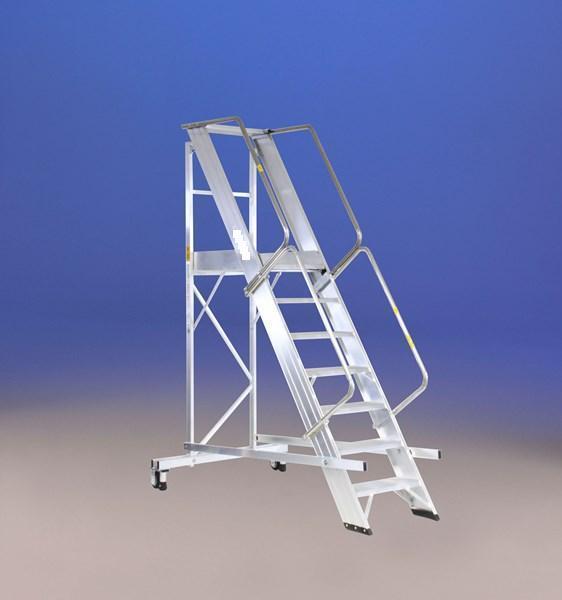 Vendemos diferentes modelos de escaleras de almacén, con mayor y menor ángulo de inclinación, con y sin barandillas, con ruedas y opcionalmente plegables.